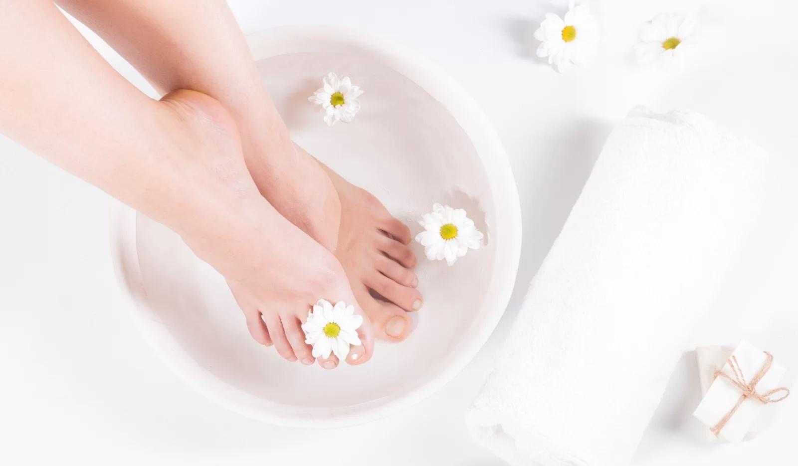 Baño de pies para aliviar los juanetes
